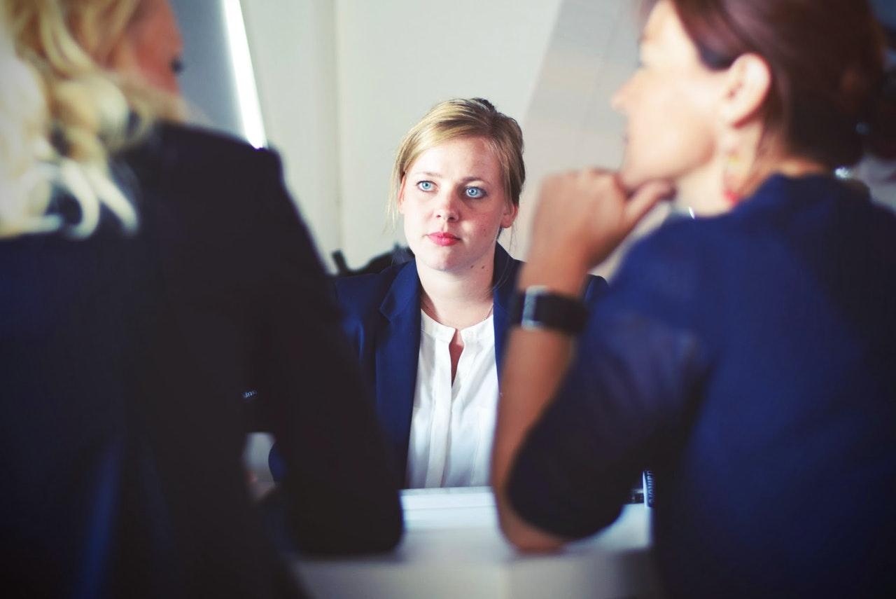 Veja como o RH pode trabalhar juntamente com o setor de contabilidade (Foto de Tim Gouw no Pexels)